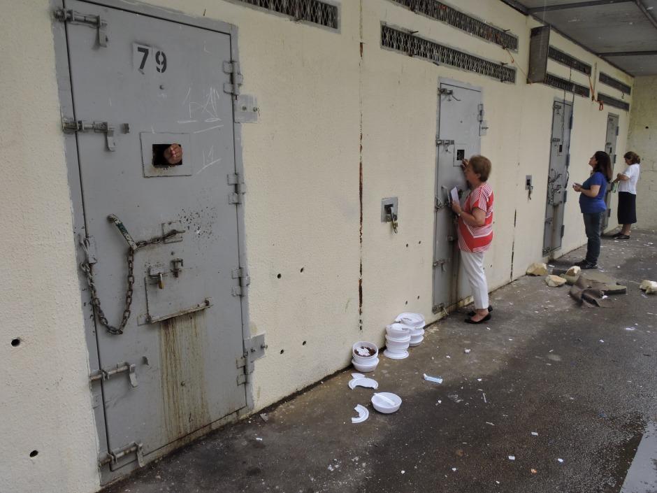 Isabel Kugler Mendes escuta as demandas dos presos do castigo da CCP