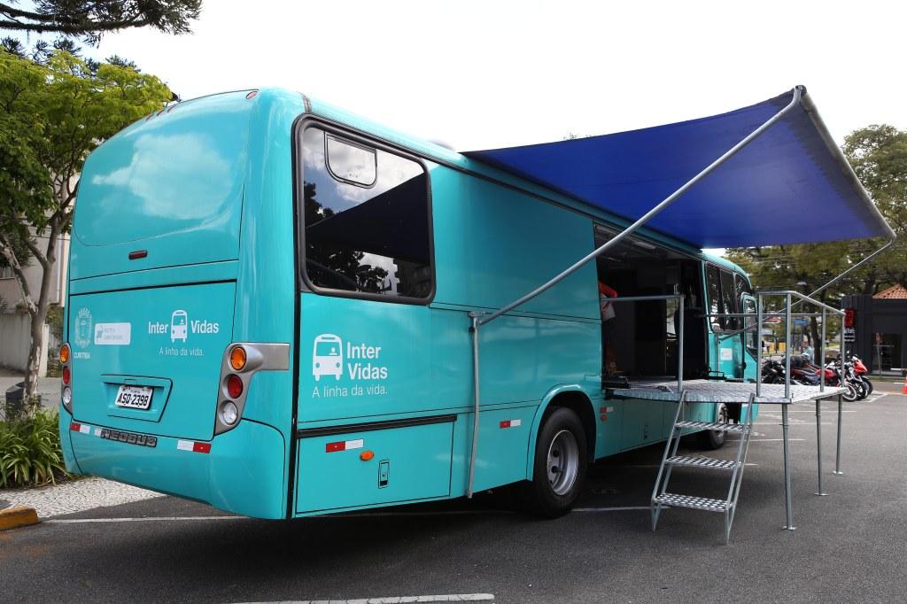 Ônibus do projeto Intervidas e trailler-consultório reforçam atendimento à população de rua. Foto: Cesar Brustolin/SMCS
